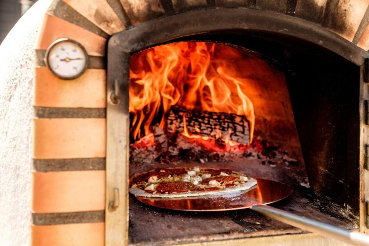Smaakvol genieten met een pizza houtoven in de tuin: welke is geschikt voor jou?
