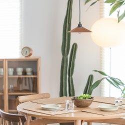 Een eettafel in het midden van de kamer